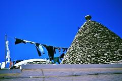 Alberobello (ITALY) (mariamarcone) Tags: sky italy sun white ancient nikon italia stones tetti roofs puglia bucato alberobello pannistesi hauses d3100 mariamarcone