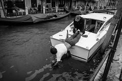 Mann beim Bootsschraube reinigen in Venedig. (graueli52) Tags: italien italy boot blackwhite wasser streetphotography sw mann herbert venedig reinigen bsch sonynex5 e1855mmf3556oss