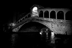 Bridging the Darkness (Something Sighted) Tags: night venice venise venezia italy italia italie lanuit lanotte lesoir lightanddarkness rialtobridge canal fujifilmxt1 blackandwhite noiretblanc