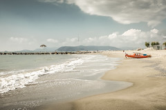 Risacca (Vanda Guazzora) Tags: lungomare mare molo barca nuvole spiaggia sabbia onde