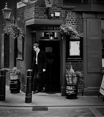 Steppin' out in B&W (mArc ferr) Tags: london londres theanchor pub red paparazzi