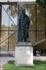 Friedrich Schiller (Salzburgo, Austria, 22-7-2016) (Juanje Orío) Tags: 2016 austria salzburgo patrimoniodelahumanidad whl0784 escultura estatua reflejo jardín personajehistórico