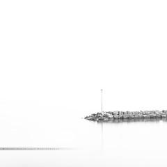 - comme dans un rêve - (FRJ photography) Tags: leman yvoire haute savoie france novembre november automne fall view vue eau water lac lake day jour ciel sky cloud nuage soleil sun ombre shadow stone blanc white extérieur noir et black nb bw blackandwhite noiretblanc fond monochrome minimaliste minimalist minimalisme romance lampadaire lamppost