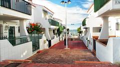 2215  Una calle de Matalascaas, Almonte, Huelva (Ricard Gabarrs) Tags: calle callejeando mar airelibre paseo ricardgabarrus casa casas jardin ricgaba pasaje olympus matalascaas