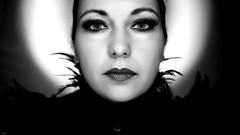 Julia (lichtflow.de) Tags: canon eos5dmarkiii ef35mmf2usm festbrennweite portrt portrat gesicht face frau woman sw schwarzweis bw mensch human licht lichtspiel lights lichtflow augen eyes