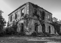 Villa Bosniascki (davidequarantiello http://dd0595.wixsite.com/david) Tags: landscape landscapes light old bw blackwhite black white pentax photo photos photography paesaggi paesaggio pentaxk50 1855wr 1855 shot scatto scatti shots rovina ruin villa house home hdr