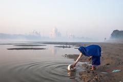 MYI_6167 (yaman ibrahim) Tags: india agra nikon d3 tajmahal yamuna morning water saree mis misty