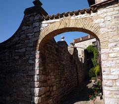 SPELLO.Umbria.Italia.04-2014.18. Arco y muro. (joseluisgildela) Tags: italia umbria spello pueblosconencanto