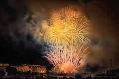 Fuera del mundo de los sueos la vida puede ser dura (Maquieira Photography) Tags: puente noche rojo edificios fiesta gente fireworks playa tony galicia amarillo naranja humo vigo fuegos artificiales auron espectculo finalfantasyx ra mgica bouzas antoniomaquieiraprez oadro