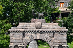 Boldt Castle Entry Arch - Detail [Gananoque - 7 August 2014] (Doc. Ing.) Tags: cruise summer sculpture lake ontario canada water statue metal stone river boat iron arches kingston gananoque northamerica lakeontario laker 1000islands boldtcastle on 2014 saintlawrenceriver heartisland irondetails detalhesemferro leedsandthethousandislands