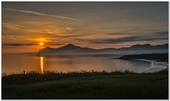 Llyn peninsula (Hugh Stanton) Tags: sunrise bay peninsula mountains sea beach