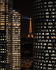 La Défense-Paris (Julianoz Photographies) Tags: moderne toureqho tourd2 europe france capitale 92 hautdeseine paris 75 eiffeltower toureiffel ville architecture ladéfense buildings building districtquarter businessquarter desk julianozphotographies villelumière cityscape city capital car traficlight tourfirst night nuit igh bâtiment immeubles