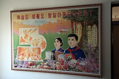 School poster in Rajin (Rason) (Frühtau) Tags: dprk north korea poster painting zeichnung school schule ecole nordkorea design image asia asian east people leute education system building room scene wall pupil student socialist city korean centre stadt propaganda daily life scenery 朝鲜 朝鮮 cháoxiān 地 outdoor корея северная كوريا الشمالية 北朝鮮 corea del norte corée du nord coreia do coréia เกาหลีเหนือ βόρεια κορέα culture gebäudekomplex szene personen