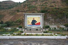 Mural near Wonsan (Frühtau) Tags: dprk north korea leader mural scene nordkorea korean propaganda slogan design construction sight people leute yard asia asian east socialist country daily life scenery 朝鲜 朝鮮 cháoxiān 地 outdoor корея северная كوريا الشمالية 北朝鮮 corea del norte corée du nord coreia do coréia เกาหลีเหนือ βόρεια κορέα culture szene