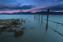 La valla de Nanclares (Alfredo.Ruiz) Tags: reservoir sunrise calm peace fence clouds colored nanclaresdeganboa ullibarriganboa windy wind water spain outdoor nature natural landscape movement
