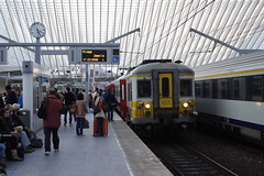20131007 005 Liège-Guillemins. AM66 623 Picks Up Passengers Working L5567, 17.08 Herstal-Jemelle