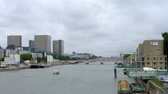 Au pont National (Paris, France) (Denis Trente-Huittessan) Tags: seine la sable barge lafarge bibliothquenationaledefrance franoismitterand cimenterie