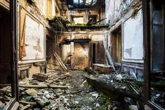 Bain à ciel ouvert (Yann PESIN) Tags: jaune urbex urban urbexing exploration decay oblivion path urbaine oubli ruine abandoned places exploring