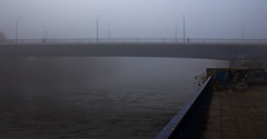 Novemberstimmung (Helmut44) Tags: deutschland germany sachsenanhalt magdeburg elbe elbestadt elbufer nebel november ufer shorc fluss river herbststimmung antumnal bridge brcke strombrcke