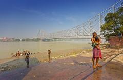Howrah Bridge (B E N N E) Tags: kolkata kalkutta india indien howrah ganga river ganges washing hinduism hindu bengal
