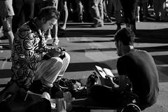 Tra una esibizione e l'altra (rafpas82) Tags: italia clown bn riposo festa lettura marche biancoenero sera macerata artisti artistidistrada artististrada colmurano d7000 chattare 35mm18g nikond7000
