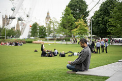 (7 w d) Tags: people travelling grass mobile europe dof bokeh sony londoneye 15 traveling alpha 50 ff a7 sonnar zm 7wd