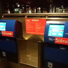 Οχι μονο σταματησανε να πουλανε εισιτηρια τρενου στο αεροδρομιο της Βρεμης, αλλα και τα δυο μηχανηματα για εισιτηρια τραμ, που αντικαταστησανε τα προηγουμενα δεν δουλευουνε...