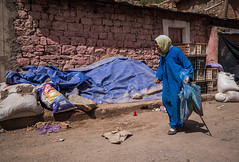 Bleu (cafard cosmique) Tags: africa montagne photography photo foto image northafrica femme bleu morocco maroc atlas maghreb marruecos marokko marrocos afrique afriquedunord  tabant hautatlascentral labeur