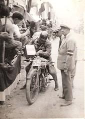 06-pilota-mentre-mentre-fa-rifornimento-ai-box---circuito-s.-bernardino-1927