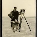 Leo Hansen med sit filmapparat - Leo Hansen with his camera thumbnail