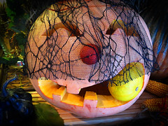 Mir graut, bald ist Halloween! / I'm horrified, soon is Halloween! (ingrid eulenfan) Tags: fest halloween kürbis schnitzkunst licht gespenstisch schrecklich spooky frightful pumpkin