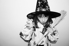 Truco o trato? (maricg1) Tags: nochedebrujas trucootrato bn bruja halloween