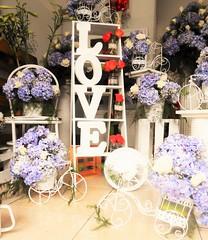 Vive la experiencia Zabrisky: Flores y estilos para todos los gustos (floristeriazabrisky) Tags: rosas gerberas flores flowers experiencia zabrisky jarron vidrio