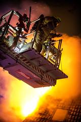 lmh-rundtjernveien111 (oslobrannogredning) Tags: bygningsbrann brann brannvesenet brannmannskaper slokkeinnsats brannslokking brannslukking stigebil lift høydemateriell arbeidihøyden arbeidpåtak taksikring hulltaking brannlift