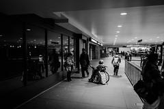 Mujer pidiendo en un pasillo (Garimba Rekords) Tags: nuevayork eeuu nyc ny otoo blancoynegro pobreza manhattan