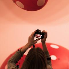 photographing dots (loop_oh) Tags: photo photographing mug mugging display europa schweden skandinavien stockholm modernamuseet moderna museet museum modernart museumofmodernart moma dot dots red white