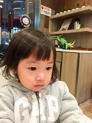 有不明物体在我头上啊 (Le Petit King) Tags: 2015 20151031 alice asia baby china huangpudistrict luwandistrict maccha macchatsujiri portrait smlcenter shanghai tsujiri 上海 中国 亚洲 卢湾区 日月光中心广场 日月光广场 曈曈 辻利 黄浦区