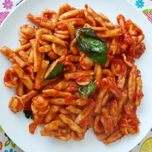 Oggi un classico della gastronomia pugliese...orecchiette, pomodoro e basilico fresco! Buon appetito!