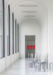 197 (Stadtromantikerin) Tags: rot sthle kassel bogengang museumausstellungshallen