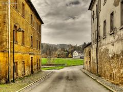 """Blick auf die """"Neustadt"""" (GerWi) Tags: huser kleinstadt gebude altbauten strasenzge strasen outdoor himmel museum hirschberg"""