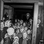 PEM-STO-00257 Ivrige barn under Sparebankuka i 1968 thumbnail