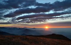 Albeggiando (Saramanzinali) Tags: alba sunset sole sun clouds cloudy nuvole colori colours mountains montagne camminare linzone bergamo valle imagna foschia fog orobie