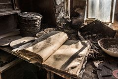 Porzellanfabrik 02 - das Buch wird nicht mehr weiter geschrieben (ho4587@ymail.com) Tags: lostplace verlassen abandoned alt kaputt porzellan fabrik fenster licht buch schrift ende