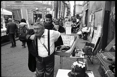 (The Curious Case of the Hunchback of Spaccanapoli) (Robbie McIntosh) Tags: leicam2 leica m2 rangefinder streetphotography 35mm film pellicola analog analogue negative leicam summicron analogico leicasummicron35mmf2iv blackandwhite bw biancoenero bn monochrome argentique summicron35mmf2iv autaut dyi selfdeveloped guessexposure nometering ilfordhp5 ilford hp5 tetenalultrafinplus ultrafinplus filmisnotdead summicron35mmf2preasph 800iso luck luckycharms hunchback