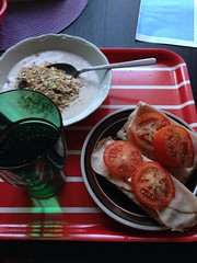 Frukost 27/8 (Atomeyes) Tags: mat yoghurt vatten citron frukost musli skinka knckebrd tomat jordgubb