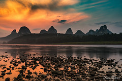 Sunset over the river Li (KESS Photos) Tags: china yangshuo sunset landscape mountain water river riverli guilin sun cloud cloudy colour nube sol atardecer montaa rio color travel