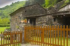 as veigas (mercedescasal) Tags: asveigas verja gate pueblo pintoresco calma tranquilidad