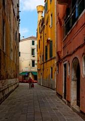 Venice : Ramo del Curnis (Pantchoa) Tags: street venice italy calle alley nikon italia campana streetphoto ruelle ramo venecia venezia streetshot callejn veneto d7100 nikkor1685f3556gedvr pizzeriaanticopanificio ramodelcurnis campiellodelsole venetianchemney
