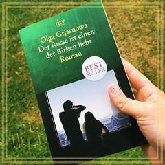 """Buchtipp: """"Der Russe ist einer der Birken liebt"""" von Olga #Grjasnowa Ein Buch, dass sehr fein, ironisch, nachdenklich die Worte Heimat & Grenzen hinterfragt & mich mit auf eine spannende Reise nahm. Am Ende blieb ich noch lang gedankenvoll sitzen. ... #Bu"""