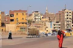 Assouan, Egypte, 2014 (annegrandin) Tags: street city urban woman rouge soleil view lumière south centre egypt midi ochre aswan rue voile vue printemps ville femmes sud egypte ocre journée urbain 2014 habitations burka immeubles assouan activité